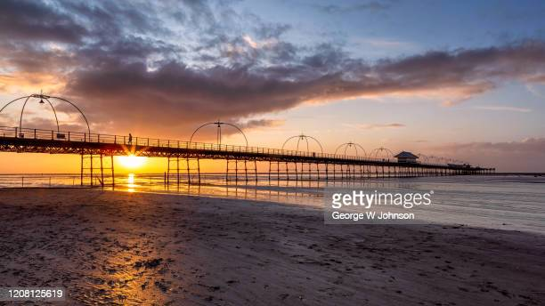 pier walking - イングランド サウスポート ストックフォトと画像