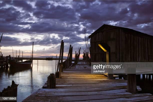 Pier mit bewölkten Himmel bei Sonnenaufgang oder Sonnenuntergang