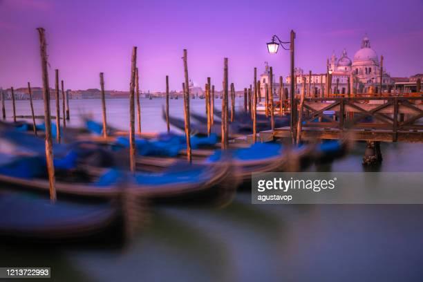 サンタ・マリア・デッラ・サルーテのゴンドラと桟橋、ローマカトリック教会 -ヴェネツィア、イタリア - プンタデラドガーナ ストックフォトと画像