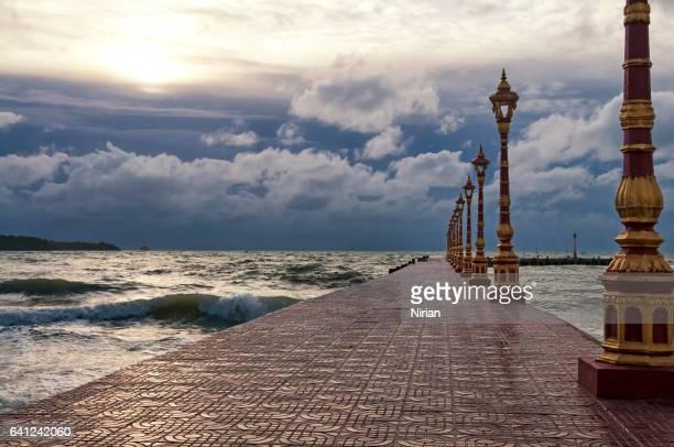 Pier mit Laternen