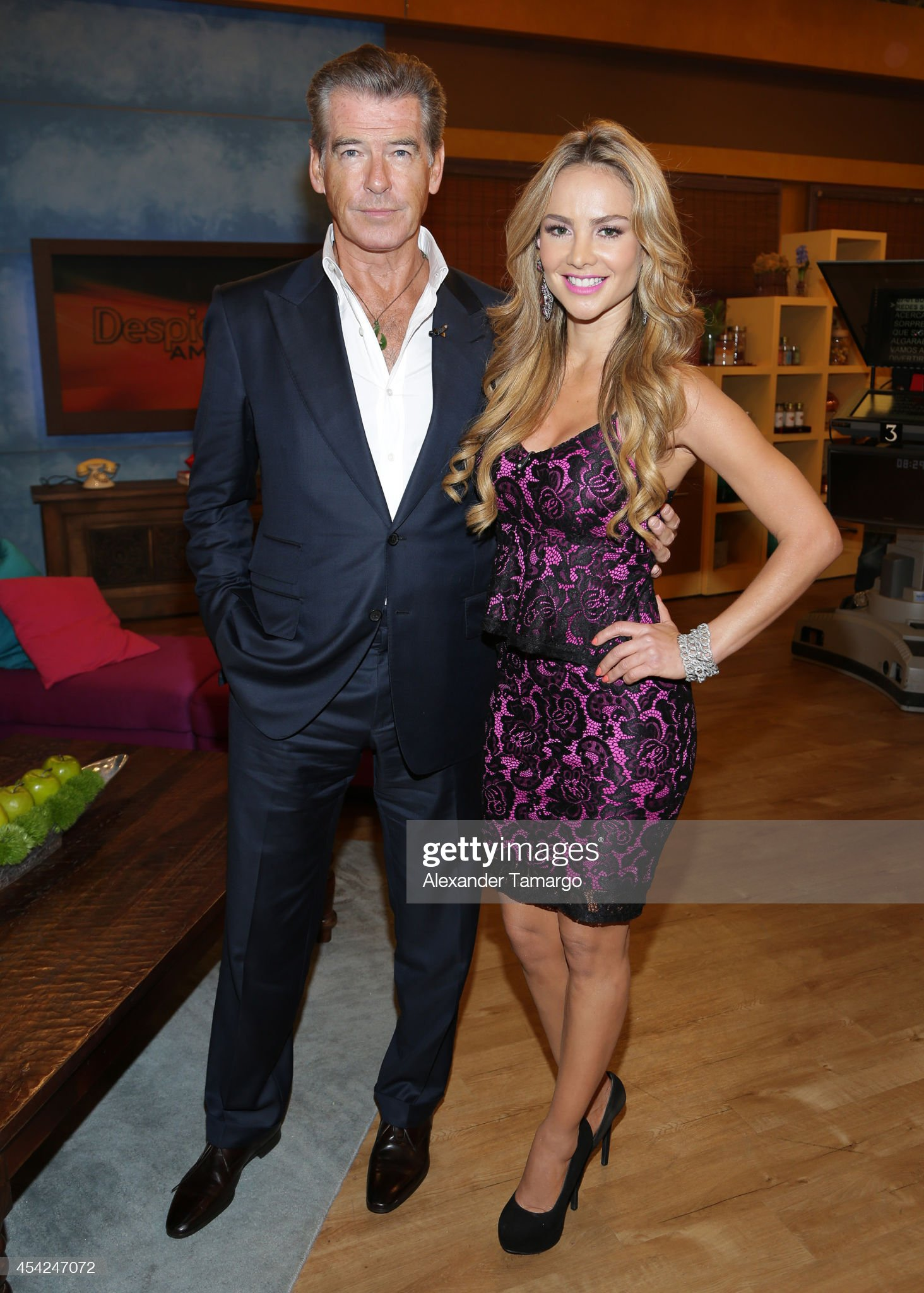 ¿Cuánto mide Ximena Córdoba? - Altura - Real height Pierce-brosnan-and-ximena-cordoba-appear-on-the-set-of-univisions-picture-id454247072?s=2048x2048