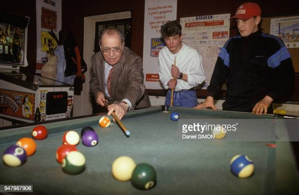 Pierre Beregovoy jouant au billard americain dans un bar de SaintEloi lors de sa campagne pour l'election regionale dans la Nievre le 8 mars 1992 a...