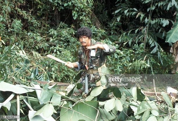 Pierre Brice ARDSerie Schoene Ferien Folge 5 Singapur/Malaysia Episode 3 Die Welt des harten Mannes Asien Dschungel TropenKostuem Machete Schnurrbart...