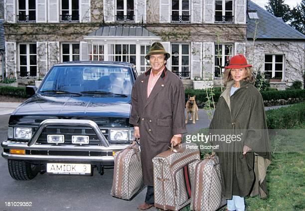 Pierre Brice Ehefrau Hella Brice Homestory Paris/Frankreich Mantel Hut Koffer Jeep SchaeferHundSchauspieler Schauspielerin Promis Prominente...