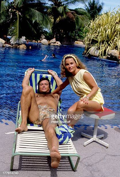 Pierre Brice Ehefrau Hella Brice Mombasa Kenia Afrika Urlaub Palmen Pool SwimmingPool Liegestuhl Hocker Schauspielerin Schauspieler NB/PH