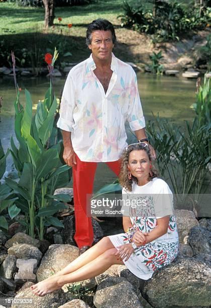 Pierre Brice Ehefrau Hella Brice Phuket/Thailand/Asien See Sonnenbrille Blume barfuss Schauspieler Schauspielerin Promis Prominente Prominenter HD