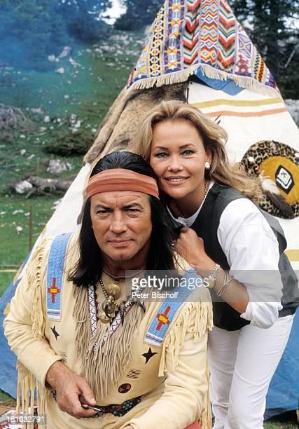 Pierre Brice Ehefrau Hella Brice ZDFKinofilm Zärtliche Chaoten Wörthersee Kärnten IndianerZelt IndianerKostüm Stirnband Schauspieler Schauspielerin...