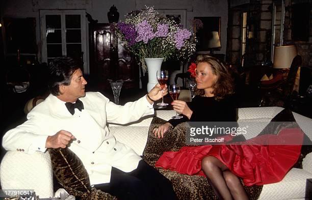 Pierre Brice Ehefrau Hella Homestory Landhaus Orleans bei Paris Frankreich Europa Wohnzimmer Sofa Rosewein Weinglas Alkohol Schauspieler ProdNr...