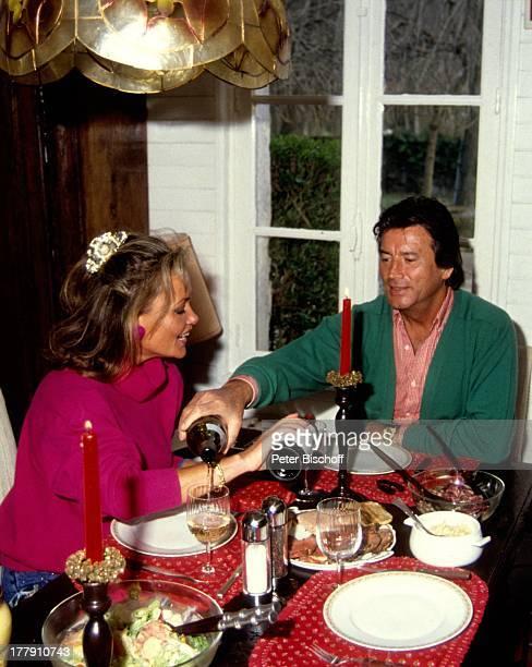 Pierre Brice Ehefrau Hella Homestory Landhaus Orleans bei Paris Frankreich Europa Esszimmer Abendessen Rotwein Weiswein Alkohol Schauspieler ProdNr...