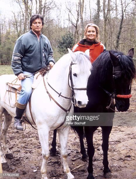 Pierre Brice Ehefrau Hella mit Pferden Homestory Landhaus Orleans bei Paris Frankreich Europa reiten Ausritt Pferd Pferde Tier Tiere Schauspieler...
