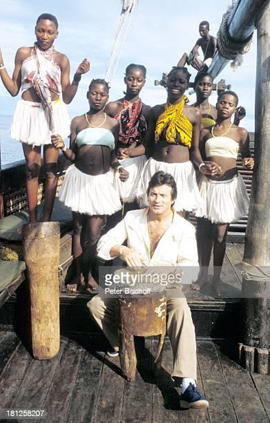 """Pierre Brice, einheimische junge Mädchen , am Rande der Dreharbeiten zur ZDF-Reihe """"Traumschiff"""", Folge 8: """"Kenia"""", Ausflug, Mombasa/Kenia/Afrika, ,..."""