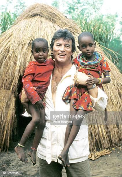 Pierre Brice einheimische Kinder neben den Dreharbeiten zur ZDFReihe Traumschiff Folge 8 Kenia Ausflug Landgang Mombasa/Kenia/Afrika Urlaub Afrikaner...