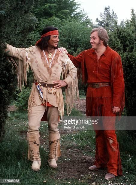 Pierre Brice Jochen Bludau Karl MayFilm Winnetou Der Schatz im Silbersee Elpse Sauerland NordrheinWestfalen Deutschland Europa IndianerKostüm...