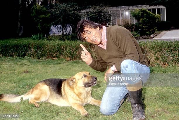 Pierre Brice mit Schäferhund Homestory Landhaus Orleans bei Paris Frankreich Europa Tier Hund Schauspieler ProdNr 197/1990