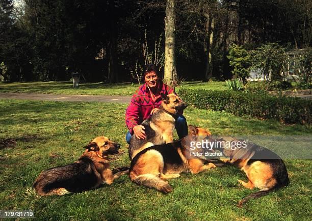 Pierre Brice mit Schäferhunden 'Kanto''Maggy' 'Sky' und 'Ona' Homestory Landsitz Paris