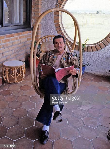 Pierre Brice neben den Dreharbeiten zur ARDSerie Mein Freund Winnetou vom französischen Fernsehen Antenne 2 Folge 1 Blut und Sand Durango Mexiko...