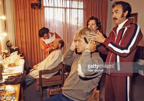 Pierre Brice Ralf Wolter dahinter Maskenbildner neben den Dreharbeiten zur ARDSerie 'Mein Freund Winnetou' vom französischen Fernsehen 'Antenne 2'...
