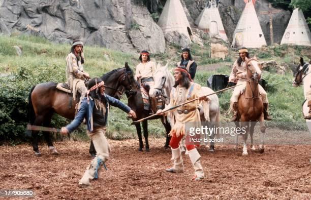 Pierre Brice Statisten Proben für den Karl MayFilm Winnetou III Elspe Sauerland NordrheinWestfalen Deutschland Europa Pferd Tier IndianerKostüm Kampf...