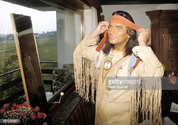 Pierre Brice 'Winnetou' 'Der Schatz im Silbersee' Elspe/Sauerland Spiegel Stirnband IndianerKostuem Blumen Rosen Schauspieler Schauspielerin Promis...