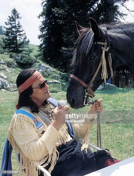Pierre Brice ZDFKinofilm 'Zärtliche Chaoten' Wörthersee Kärnten Pferd Tier IndianerKostüm Stirnband Schauspieler Schauspielerin Promis Prominente...