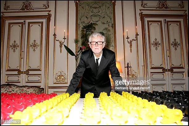 """Pierre Buisseret next to his sculptures - Party at the Belgian ambassador's place for the release of the book """"Belges En France"""" written by Jacques..."""