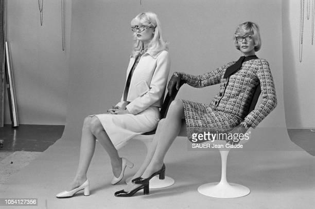 Pierre CARDIN présente les modèles de sa collection prêt à porter en janvier 1972 Deux mannequins assises à gauche portant un tailleur clair et uni à...