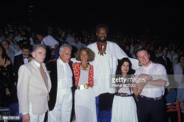 Pierre Cardin Tony Curtis Marisa Berenson lors de la présentation de 'Where is Parsifal' le 26 juillet 1985 en France