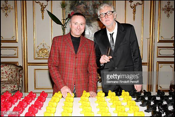 """Pierre Dominique Schmidt and Pierre Buisseret next to his sculptures - Party at the Belgian ambassador's place for the release of the book """"Belges En..."""