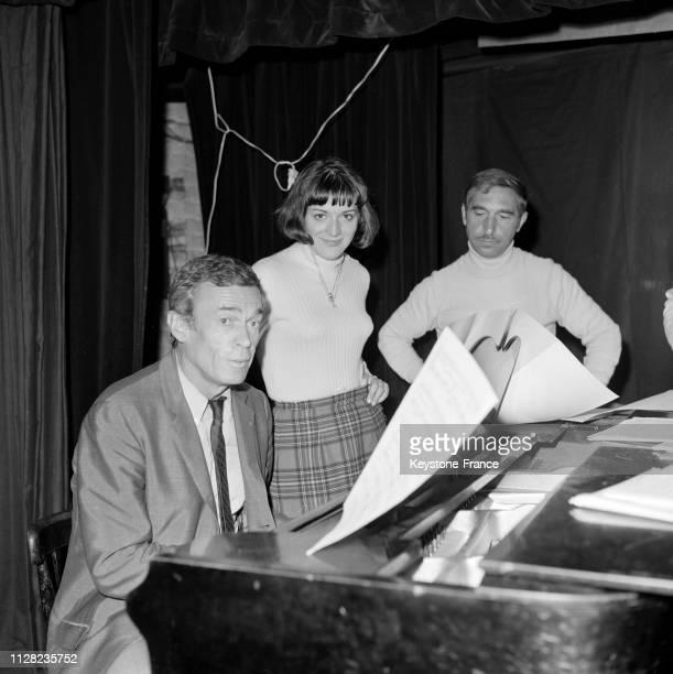 Pierre Dudan accompagne AnneMarie Peysson au piano sur la scène du cabaret à Paris France le 5 septembre 1968