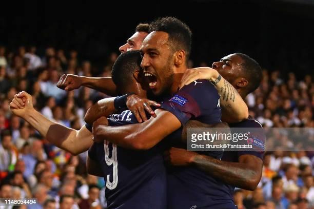 Pierre EmerickAubameyang of Arsenal celebrates scoring the equaliser with his teammates during the UEFA Europa League Semi Final Second Leg match...