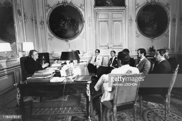 Pierre Mauroy et ses collaborateurs lors d'une réunion de travail dans le bureau du 1er ministre à Paris le 27 aout 1981, France.