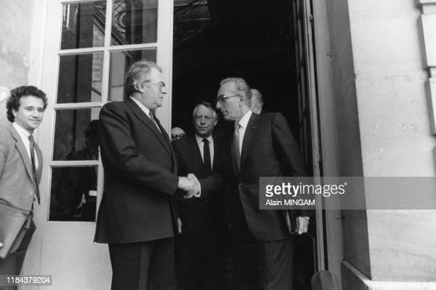 Pierre Mauroy et Yvon Gattaz, président du CNPF sur le perron de l'Hotel Matignon à Paris le 16 avril 1982, France.