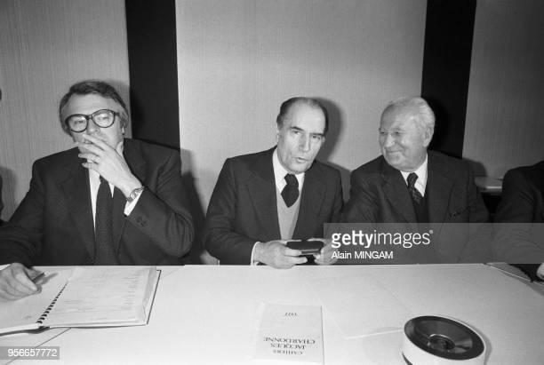 Pierre Mauroy, François Mitterrand et Gaston Defferre au siège du Parti Socialiste le 9 novembre 1977 à Paris, France.