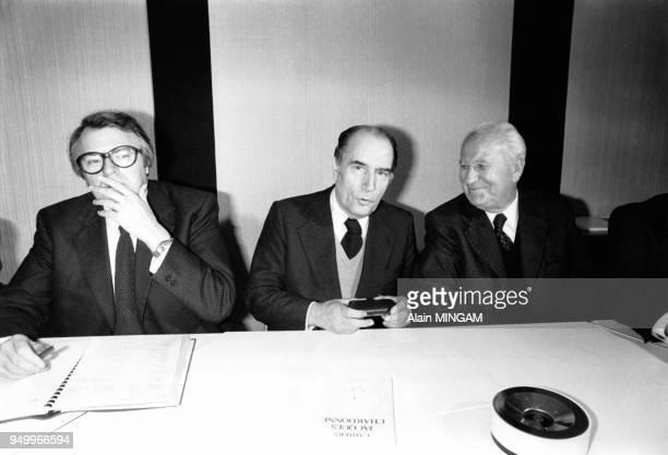 Pierre Mauroy, François Mitterrand et Gaston Defferre lors d'un rassemblement entre le Parti Socialiste et le Parti radical de gauche en vue des...