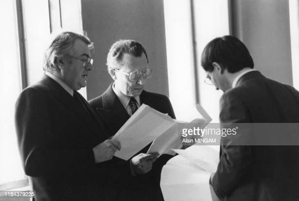 Pierre Mauroy, Jacques Delors et Jacques Attali à l'aéroport de Roissy avant leur départ pour le Japon avec le président français François Mitterrand...