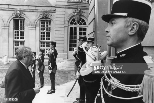 Pierre Mauroy monte le perron du Palais de l'Elysée à Paris le 20 aout 1981, France.