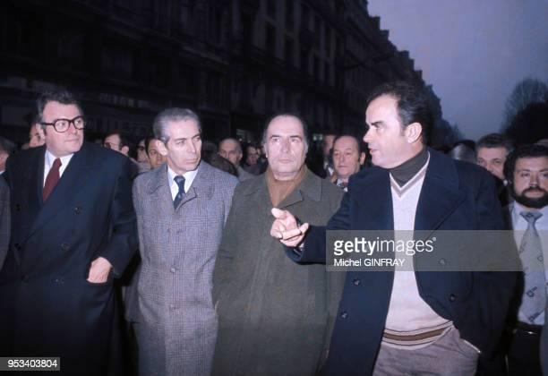 Pierre Mauroy, Robert Fabre, François Mitterrand et Georges Marchais lors d'un défilé pour le programme commun de la Gauche en décembre 1975 à Paris,...