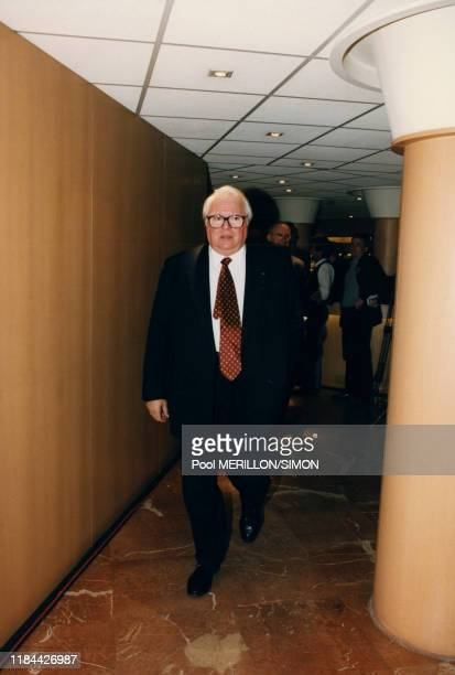 Pierre Mauroy à son arrivée au Bureau politique du Parti socialiste à Paris, France le 2 juin 1997.