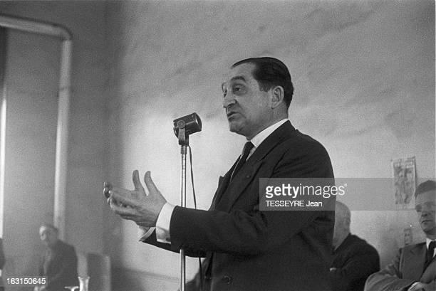 Pierre Mendes France In Louviers En avril 1958 en France l'homme politique Pierre MENDES faisant un discours debout devant un micro lors d'une...