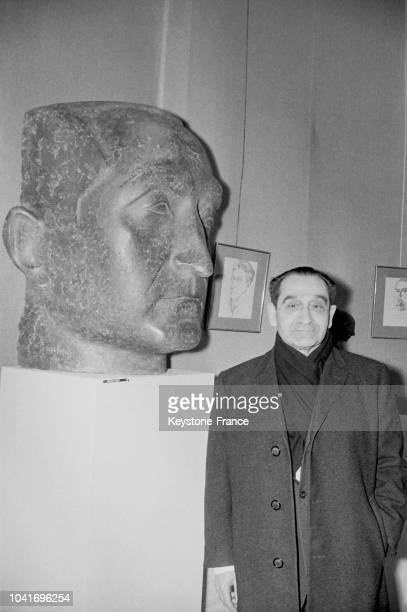 Pierre Mendès France devant son buste au musée Galliera à Paris France le 17 janvier 1968