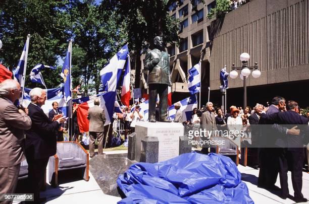 Pierre Messmer à gauche et Philippe Séguin à droite lors de l'inauguration d'une statue du Général de Gaulle avec des drapeaux québécois à...