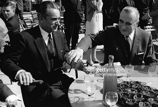 Pierre Messmer Jacques Chabandelmas et Georges Pompidou mangent des oursins circa 1960 en France
