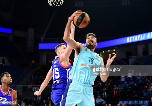 Pierre Oriola #18 of FC Barcelona Lassa competes with Vladimir Stimac #15 of Anadolu Efes Istanbul during the 2017/2018 Turkish Airlines EuroLeague...