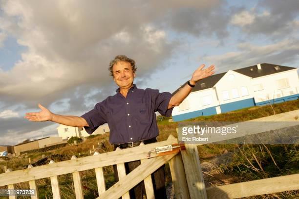 Pierre Perret, Auteur-compositeur-interprète, photographié devant sa maison en Irlande, 2006