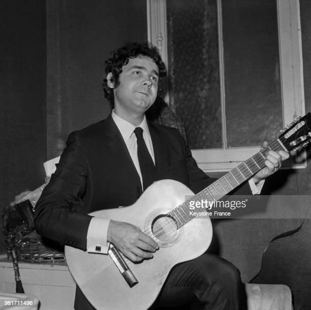 Pierre Perret dans sa loge pendant son tour de chant à l'Olympia à Paris en France, le 4 novembre 1966.
