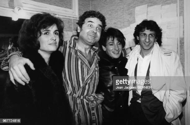 Pierre Perret en compagnie de MariePaule Belle et de Richard Anconina dans les loges du théâtre Bobino le 29 février 1984 à Paris France