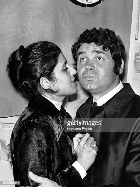 Pierre Perret est félicité par sa femme Simone Mazaltarim dans les coulisses de l'Olympia le 25 octobre 1968, à Paris, France.