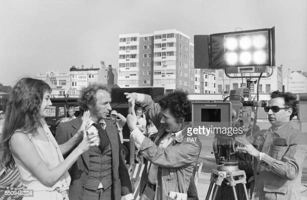 Pierre Richard et Jane Birkin pendant le tournage du film 'La Course à l'échalote' avec au centre le réalisateur Claude Zidi en septembre 1975 à...