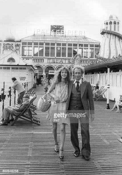 Pierre Richard et Jane Birkin pendant le tournage du film 'La Course à l'échalote' en septembre 1975 à Brighton, Royaume-Uni.