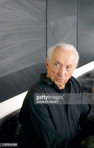 Pierre Soulages écoute les questions des journalistes le 13 septembre 2005 à son domicile de Sète où le peintre et son épouse Colette ont fait don...